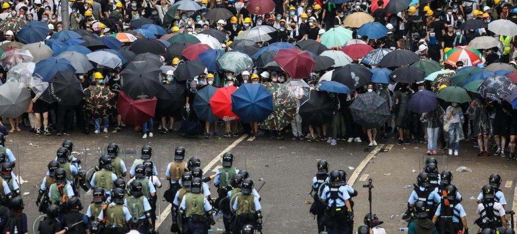 Manifestants et forces de l'ordre se font face dans une rue de Hongkong, le 12 juin 2019.